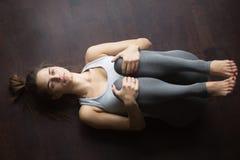 气体发行瑜伽姿势顶视图  免版税图库摄影