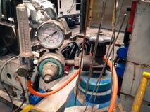 气体和激光焊导线特写镜头白色拨号盘压力表  库存照片