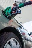 气体抽 拿着燃料喷嘴的手 库存照片