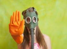 气体指向终止的女孩屏蔽 免版税图库摄影