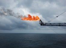 气体火光在抽油装置平台 免版税库存图片