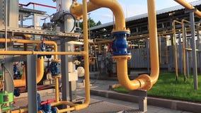 气体生产和加工设备 与压力表和阀门的管道系统 股票视频