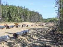 气体管道的建筑在地面上的 免版税库存图片