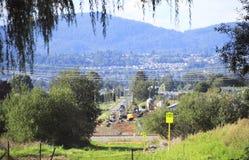 气体管道建筑通过谷 免版税库存图片