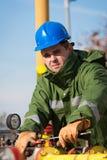 气体精炼厂的工作者 免版税库存照片