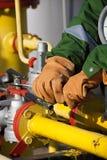 气体精炼厂的工作者 库存照片