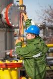 气体精炼厂的工作者 免版税图库摄影