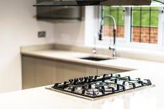 气体滚刀在空的住宅物产厨房里  免版税库存照片