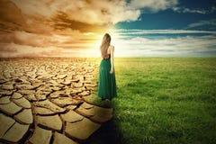 气候变化概念图象 风景绿草和天旱土地 免版税图库摄影