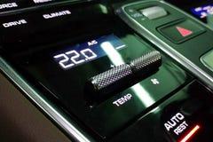 气候在优质汽车内部的控制板 屏幕温度被设置在22度 黑光滑的表面 免版税库存图片