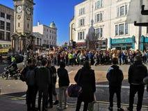 气候罢工在布赖顿,苏克塞斯英国孩子抗议气候变化 免版税图库摄影