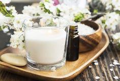 气味蜡烛、花和精华温泉和芳香疗法设置 图库摄影
