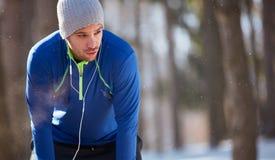 气喘吁吁的运动员中止赛跑 免版税库存照片