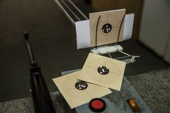 气枪和三个目标与弹孔在它 免版税库存图片