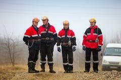 气油生产操作员工作并且维护好的站点 库存图片