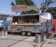 气流有蓬卡车在使用中作为食物卡车在使用中作为一个酒吧在Amst 库存照片