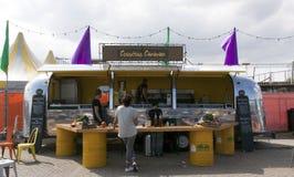 气流有蓬卡车在使用中作为食物卡车在Ams中的卖蒸丸子 库存照片