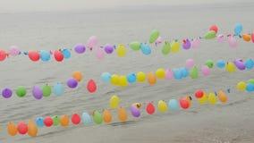 气球串在海附近的射击比赛 股票视频