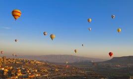 气球在卡帕多细亚土耳其- 2014年11月13日 库存图片