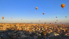 气球在卡帕多细亚土耳其- 2014年11月13日 免版税库存图片