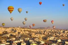 气球在卡帕多细亚土耳其- 2014年11月13日 库存照片