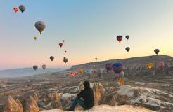气球在卡帕多细亚土耳其- 2014年11月13日 免版税库存照片