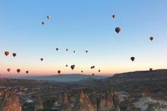气球在卡帕多细亚土耳其- 2014年11月13日 免版税图库摄影