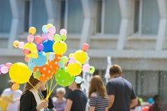 气球在城市 俄罗斯,乌里扬诺夫斯克,城市天2017年6月12日 免版税库存图片