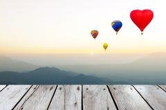 气球在山飞行 免版税库存图片