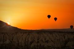 气球在日出的卡帕多细亚 免版税库存照片