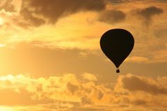 气球在晚上飞行 库存照片