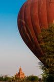 气球在有一座金黄塔的Bagan 免版税库存照片