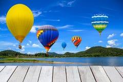 气球在水库飞行 免版税库存照片