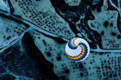 气球在黎明从上面 库存图片