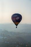 气球盘旋在城市 免版税图库摄影