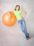 气球美丽的女孩取决于年轻人 免版税库存图片