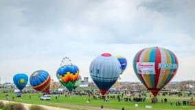 气球节日在多云天气的 奇姆肯特,哈萨克斯坦- 2018年3月 影视素材