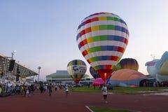 气球节日在白天的体育场内 图库摄影