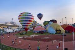 气球节日在白天的体育场内 库存图片