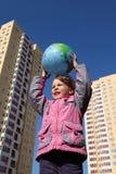 气球表单女孩地球递暂挂 免版税库存照片
