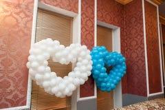 气球装饰的两心脏一个婚礼的在餐馆 免版税库存图片