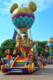 气球购物车迪斯尼mickey游行 免版税库存照片