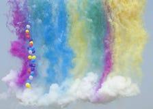 气球通过五颜六色的烟 免版税库存图片