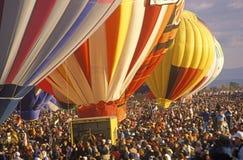 气球采取对空气在亚伯科基国际气球节日在新墨西哥 图库摄影