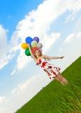 气球领域女孩使用 免版税库存图片