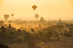 气球飞行一千在日出的寺庙在Bagan,缅甸 图库摄影