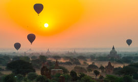 气球飞行一千在日出的寺庙在Bagan,缅甸 免版税库存照片