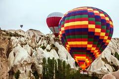 气球飞行在卡帕多细亚的, Goreme,土耳其展示, 免版税库存图片