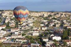 气球飞行在谷在卡帕多细亚 免版税图库摄影