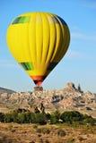 气球飞行,卡帕多细亚,土耳其 免版税库存照片
